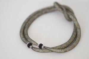 Dettaglio chiusura gioiello collana con nodo marinaio